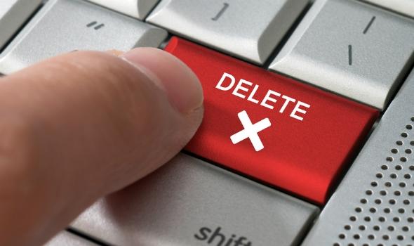 """Slika, ki prikazuje prst na tipki """"delete"""""""