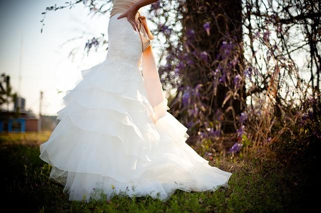 Fotografija ženske v poročni obleki