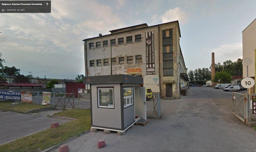 Slika, kjer na lokaciji podjetja vidimo razpadajočo stavbo