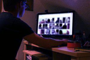 Fotografija osebe, ki sedi za ekranom