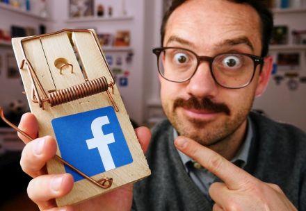 Naslovna slika videa, na kateri je Jože, ki s prstom kaže na mišolovko na kateri je znak za Facebook