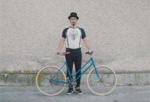 Fotografija mladega hipsterja s kolesom pony