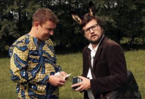 Fotografija, na kateri sta komik Igor Bračič in goljuf, ki prešteva denar