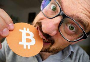 Naslovna slika videa, na kateri je Jože, ki z zobmi grize v kartonast simbol za Bitcoin