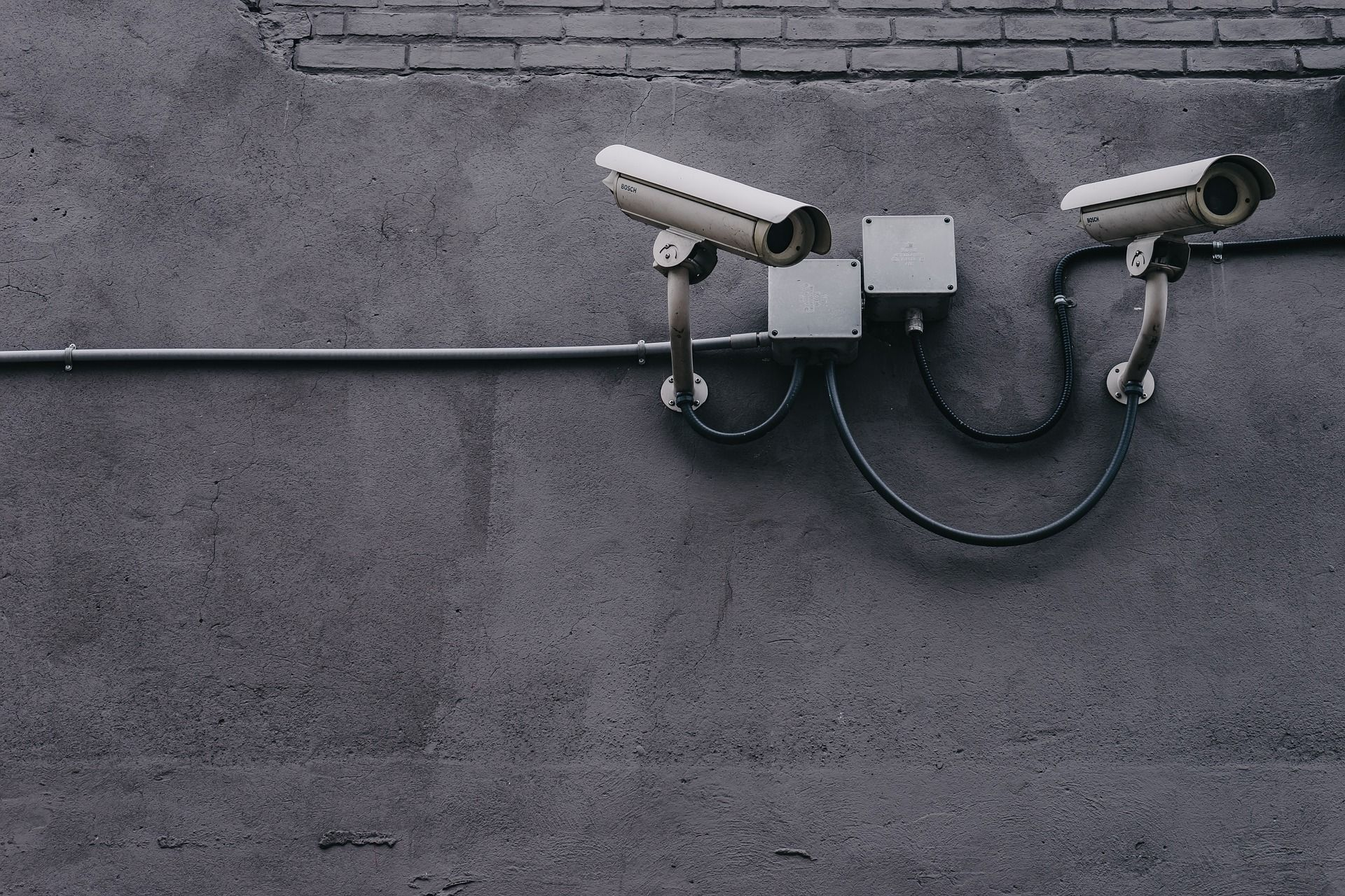 Fotografija dveh nadzornih kamer